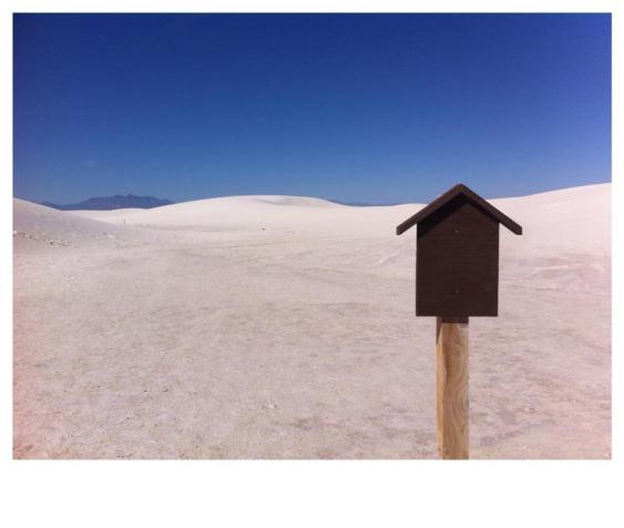 Fotografía de Xavi Ruiz del desierto de Tejas, las dunas y una casita en medio de la nada.