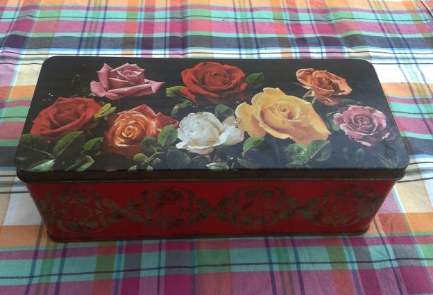 Caja de lata vintage con flores barata para comprar online o en Barcelona en Ciclos Riera.